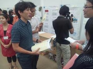 ポスターセッション 講評委員の東大大学院・小泉秀樹准教授も各ブースを回って企画者に質問